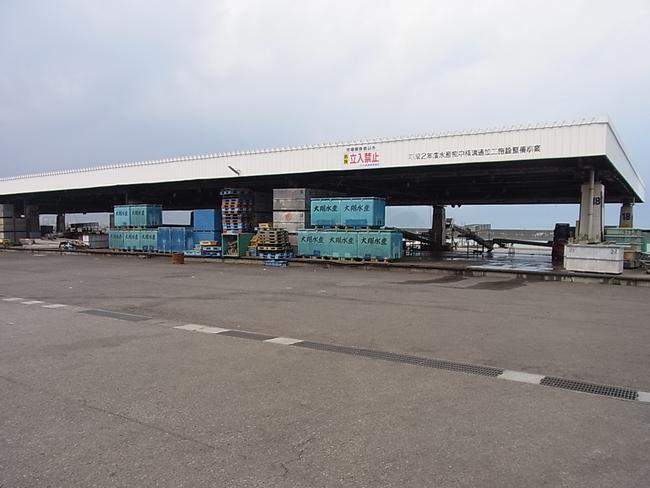焼津漁港 小川地区 道路より  焼津漁港の小川地区の港。さば、あじの水揚げを主とした沿岸、沖合漁