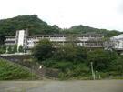 旧静浦中学校 グランドから校舎を臨む